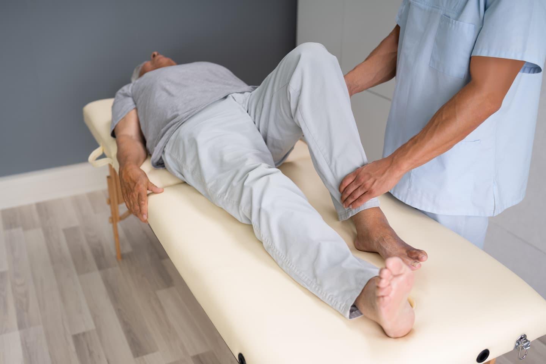 Séance de rééducation suite à une pose de prothèse totale de genou