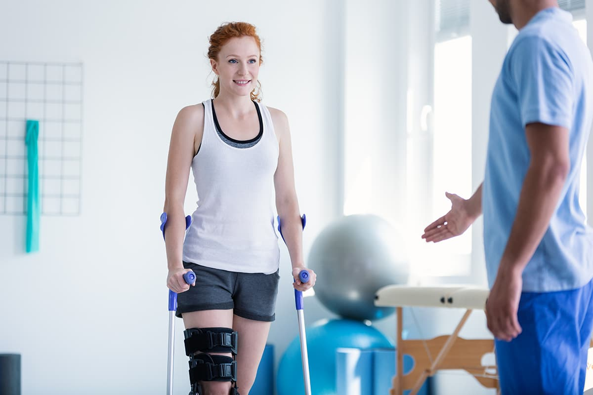 Jeune fille en pleine séance de rééducation du genou après une rupture du ligament croisé antérieur