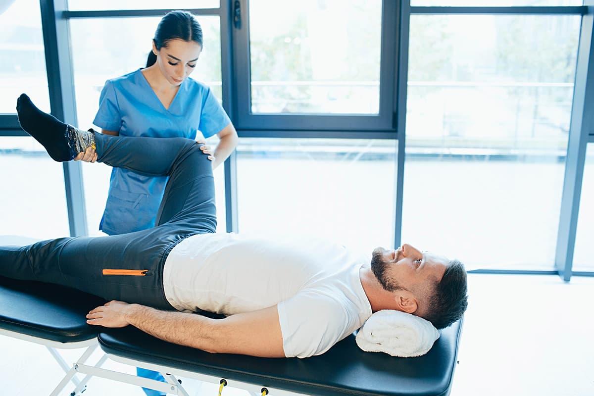 Patient recevant les soins d'un kinésithérapeute pour une entorse du genou